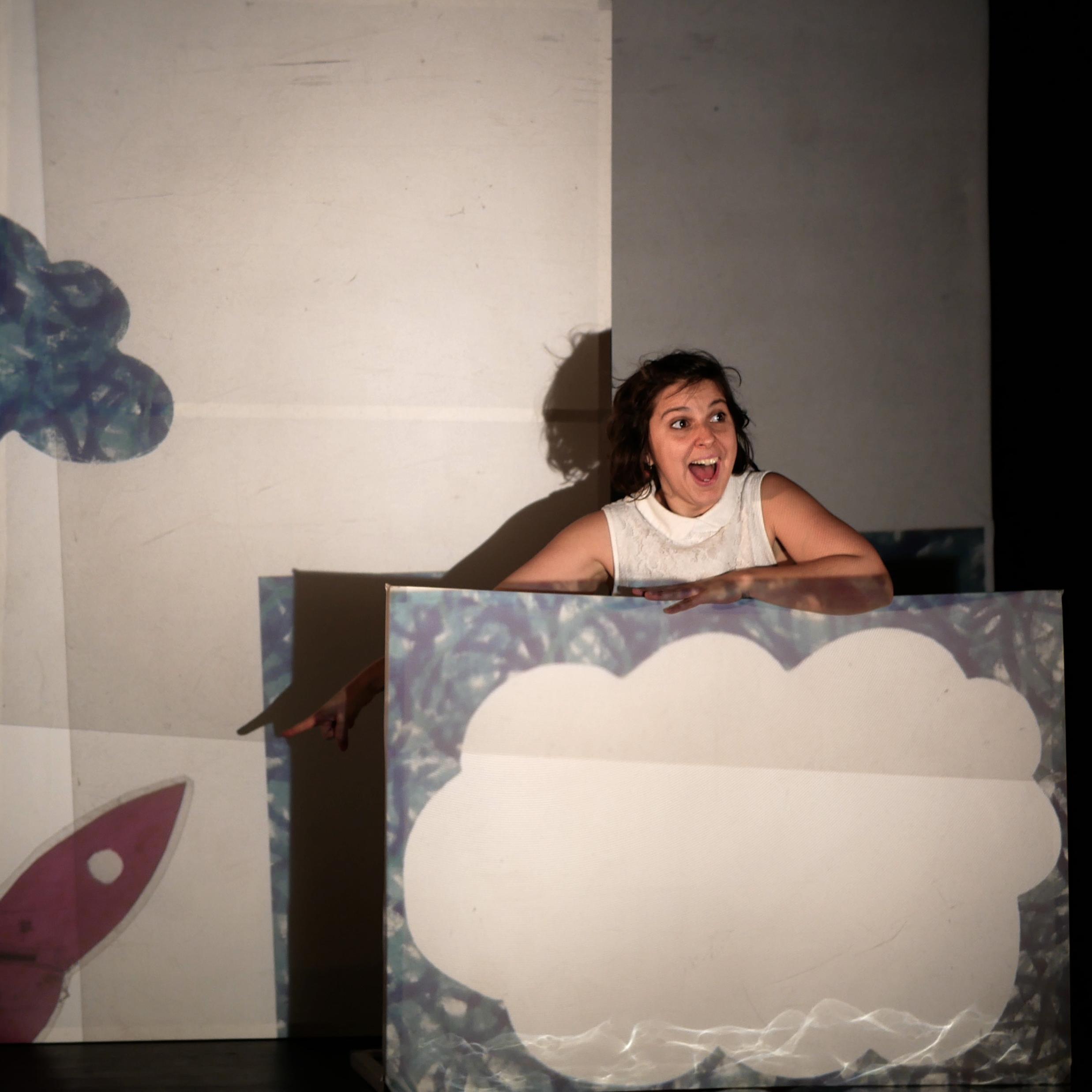 Chloé part à la quête de Popi dans un décor projeté et mouvant. Un prétexte pour rêver, s'émerveiller et découvrir jusqu'où peut nous mener l'imaginaire d'un poisson rouge.